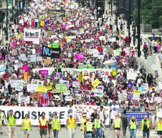 Miles de estadounidenses salen a las calles en apoyo a migrantes